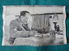 毛主席在飞机中工作(丝织品)