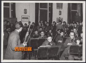 """1960年,中央音乐团交响乐队老照片,运用工厂的""""技术表演方法""""进行排练"""