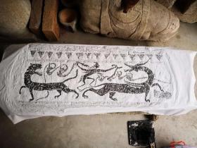 此汉画像石拓片的内容是羽化升仙图。 ~~秦汉时期 成仙风气盛行,人们渴望 跨越生死,永住神仙乐土,羽人因身有羽翼 能飞,与不死 同义,因此 汉代墓室 壁画上 出现了 表现 升仙的场景,尤其 是 羽人引导的 乘龙飞升图,如 洛阳 西汉后期 卜千秋墓,西安交通大学 附小 西汉晚期墓,乐游原 西汉晚期壁画墓等。此外,洛阳博物馆 和 开封市博物馆 都收藏 有 升仙画像石棺等。