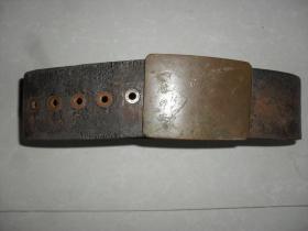 铜扣大皮带一根长108厘米宽7.6厘米,大铜扣正面刻有怀中大吉,一体平安,1937,26,1,16等铭文