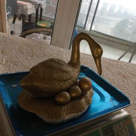 4斤重的铜 鸭繁蛋摆件 其中一个蛋是配上去的,好像白玉籽料