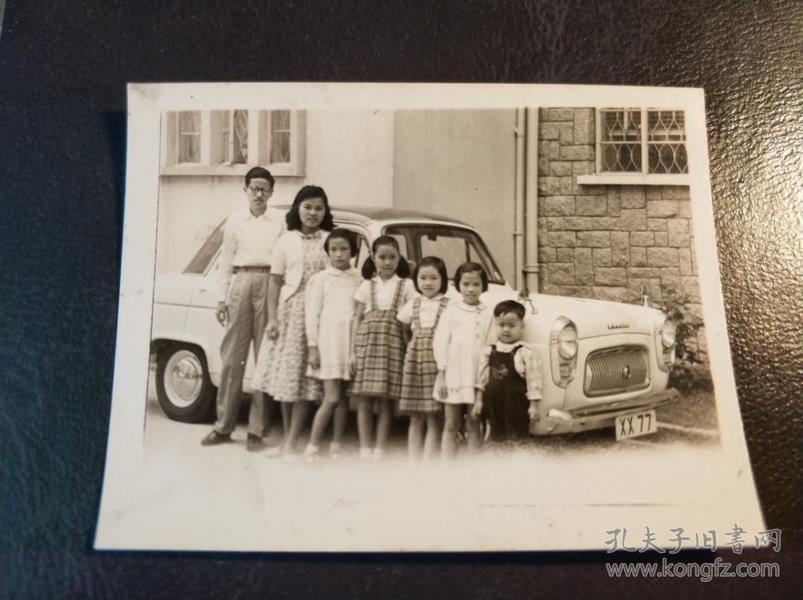 香港五十年代家庭老爷车孩童家庭合照照片一张