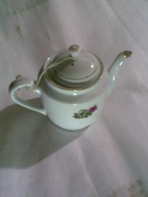 瓷器:小茶壶一个(中国国光,中英文)