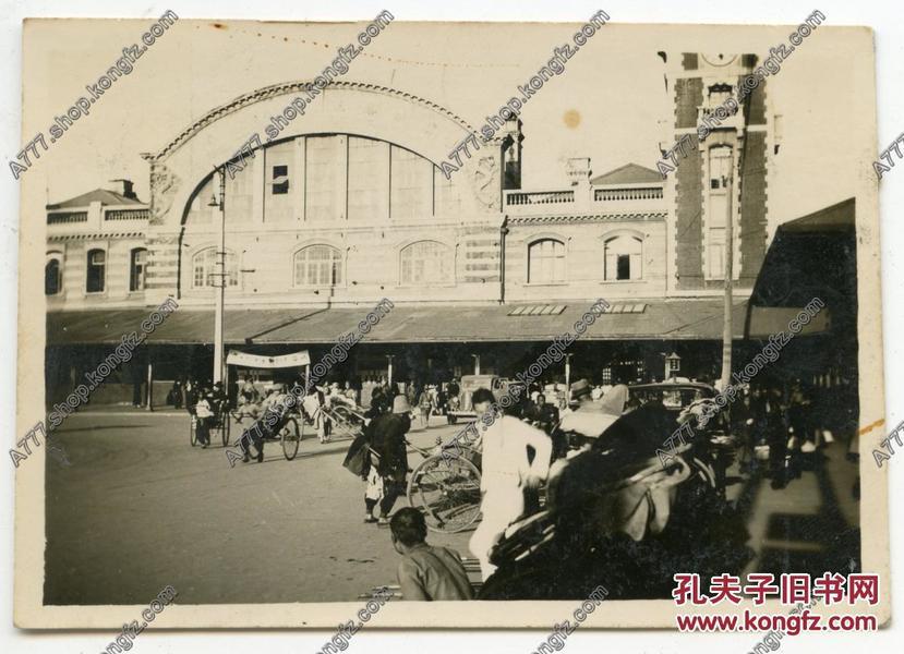 民国30年代北京前门火车站前拉客的黄包车夫