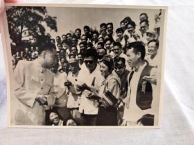 五十年代原版老照片:周总理和人民代表(8cm×10cm)