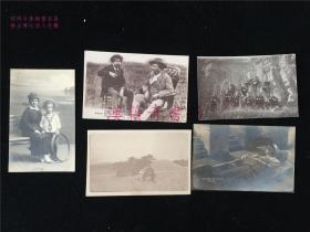20世纪初欧洲人物明信片5张。母子、崖上的一群士兵、农场上的人、石雕。一张背面有外文书。包邮