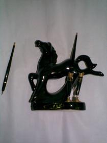 美术陶瓷工艺台笔(老笔筒笔座,瓷器工艺品笔座-黑马奔腾。带原2只笔,合格证。原盒装)