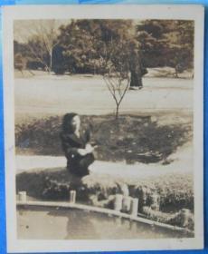 """民国老照片:民国三十七年,""""赏樱大会""""留念,美女。背面有字【桐阴委羽系列】"""