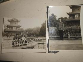 公园留影2张古建筑悬挂毛主席像
