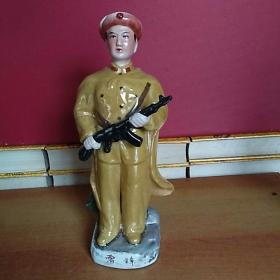 雷锋拿枪加彩人物瓷雕塑瓷·摆件 高31厘米*长13厘米*宽9厘米