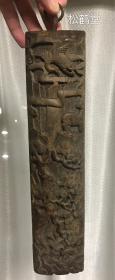 精美精致老木雕挂件1件,上面雕刻有松树,仙鹿,仙鹤,雕刻繁复,细致,十分精美,应是古代用于装饰的挂件,包浆浓厚,古旧,应是年头久远之物,具体请参考图片。