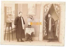 清末民国初期老照片:美女,宽袖旗袍,照相馆布景,看长相像母女两人,有创意/