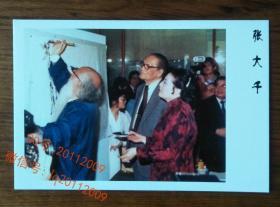 渡海三杰之黄君璧张大千台湾历史博物馆作画松树合影摄影(徐雯波陪同)老画家照片相片 【明信片1张】