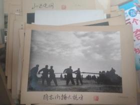 著名军旅摄影家 曹文 七八十年代摄影作品 同志们擦大炮啊