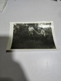黑白老照片:二人登山合影照