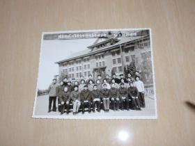 实物照片:1984年 波导测试仪全体代表合影留念  背景是天津大学的主楼(18.8*15.2cm)L6