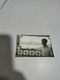 黑白老照片:一男子留影照,