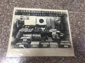 民国老照片--新四军江南部队在父子岭战斗缴获胜利品之一部-1940年5月13日摄于上饶(新四军同缴获武器合照)大幅原照