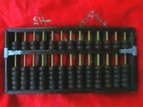 文革时期 13档人造牛角珠算盘((可与第四图的海南黄花梨算盘比较,这个红木的算盘是很适当的价钱了)