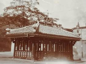 民国香港铜锣湾电车车站休息亭照片一张