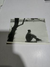 黑白老照片:某男在公园湖边留影照