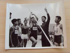 超大尺寸:1972年,福建省教练员,深入农村辅导青少年撑杆跳