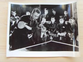 超大尺寸:1972年,全国少年乒乓球赛期间,辽宁老运动员指导少年练习抽杀