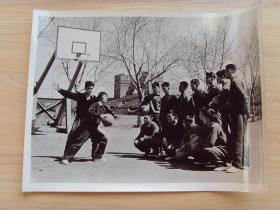 超大尺寸:1972年,沈阳体育学院,篮球教练辅导篮球训练