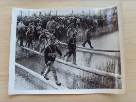 超大尺寸:1972年,江苏省海安县北陵公社,民兵练习走独木桥
