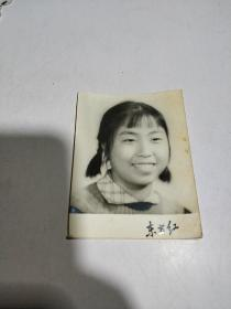黑白老照片:一女孩留影照,东方红