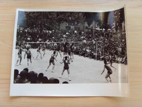 超大尺寸:1972年,在清华大学举行的排球赛,北京体院队和新疆女排队