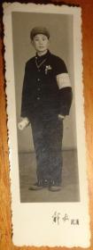 文革黑白相片【戴军帽、戴毛主席像章、戴红卫兵袖章、手拿书】长9.1CM、宽3.1CM