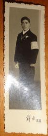 文革黑白相片【戴毛主席像章、戴红卫兵袖章、手拿书】长9.1CM、宽3.1CM