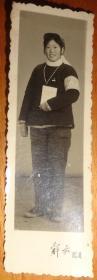 文革黑白相片【戴毛主席像章、戴红卫兵袖章、手捧书、戴帽子的女同志相片】长9.1CM、宽3.1CM