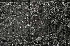 北魏石刻艺术之杰作,整体上表现为四神,青龙白虎朱雀玄武,细部表现为,驭龙飞升,天官引渡,孝子石刻,集北魏石刻艺术之大成,单张长210cm,一套四张,杰作,剩最后的一套,两个长侧板拓片后面已用宣纸托裱,就是原在店外展示的那一套,包原石原拓永不售假