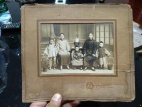 """清末民初老照片,天津名门大族一家人合影,完好,照片长约15厘米,有""""真吾,天津北洋第一商场""""字样。典型的中国家庭,津门重要史料照片。"""