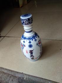 青花瓷酒瓶。