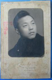民国老照片:民国36年,美尔达照相馆,帅哥。背面有字题【陌上花开系列】