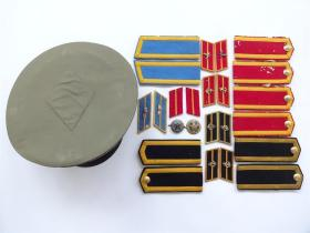 徽章   55式解放军肩章5副`领章6副`八一帽徽2个`大檐帽1顶   共14件合售   顺丰保价到付