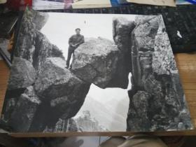 大幅黑白老照片--在夹缝中