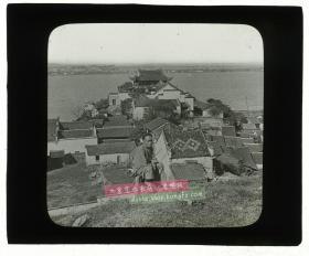 清末民国时期玻璃幻灯片-------清末湖北汉口汉阳的龟山上拍摄的男子,建筑物是晴川阁, 长江的对岸是武昌和武昌的沙湖