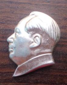 红色收藏  毛主席像章 文革老章 真品老式老章徽章胸章 金色头像异形像章 尺寸约3x4m  保老保真