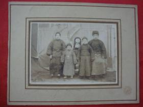 【民国老照片】一家四口:时代特色服饰+漂亮的三寸金莲----【大幅22X217CM】
