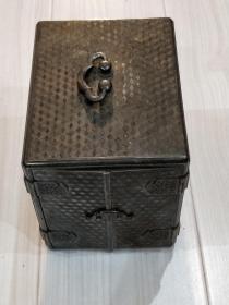 [清代]白铜首饰盒。此首饰盒,后宫物件。外国送给皇帝的贡品。据传末代皇后婉蓉用过。