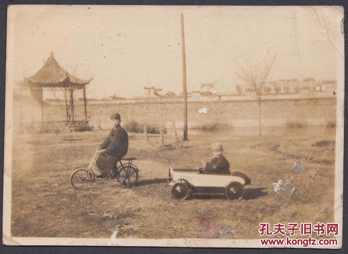 民国老照片,两个大户人家的公子,童车看起都是相当精致