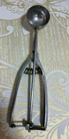 民间老物件、【老式冰糕勺子】小号的、白钢勺子、消磁勺子,完好的可以使用的。重量:94克