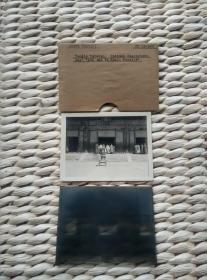 【珍罕 全球限量 仅此一枚】民国早期 北京雍和宫大殿建筑和长辫参观者玻璃底片 和当时(可能不是第一版的照片 照片 底片 泛银 是老东西)洗印的老照片 玻璃厚度1.5毫米