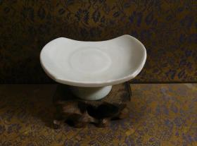 古玩文玩收藏类:宋 景德镇影青老瓷片杯托工艺品 直径7.8*5.2cm左右 高3.8cm左右 实物图片 买家自鉴 Y-0024