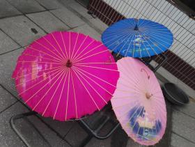 1935-1958年间【西湖绸伞】3把。用杭州宣阳产的谈竹和杭产丝绸制成。由一节谈竹筒劈成32根或36根细条,另配骨撑,组成伞骨,张开是圆形的伞,收扰像是一段淡雅的圆竹。