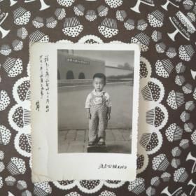 """1969年北京照相馆一张带""""读毛主席的书,听毛主席的话,照毛主席指示办事""""题词的小帅哥照片。(小帅哥脚踩櫈,背后是1969年的天安门及广场特写)(2寸)。"""